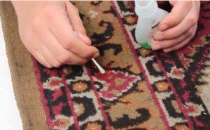 پاک کردن لاک ناخن از روی فرش