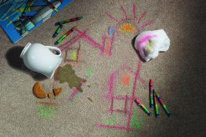 لکه مداد رنگی روی فرش