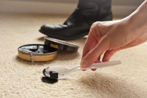 شیوه های پاک کردن لکه واکس کفش از روی فرش
