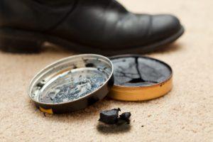 نحوه پاک کردن لکه واکس کفش از روی فرش