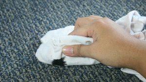 نحوه استفاده از حوله سفید برای پاک کردن لکه قیر از روی فرش