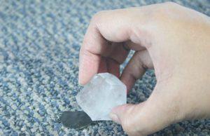 نحوه استفاده از یخ برای پاک کردن لکه قیر از روی فرش
